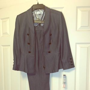 Tahari Two piece pant suit. Size 2